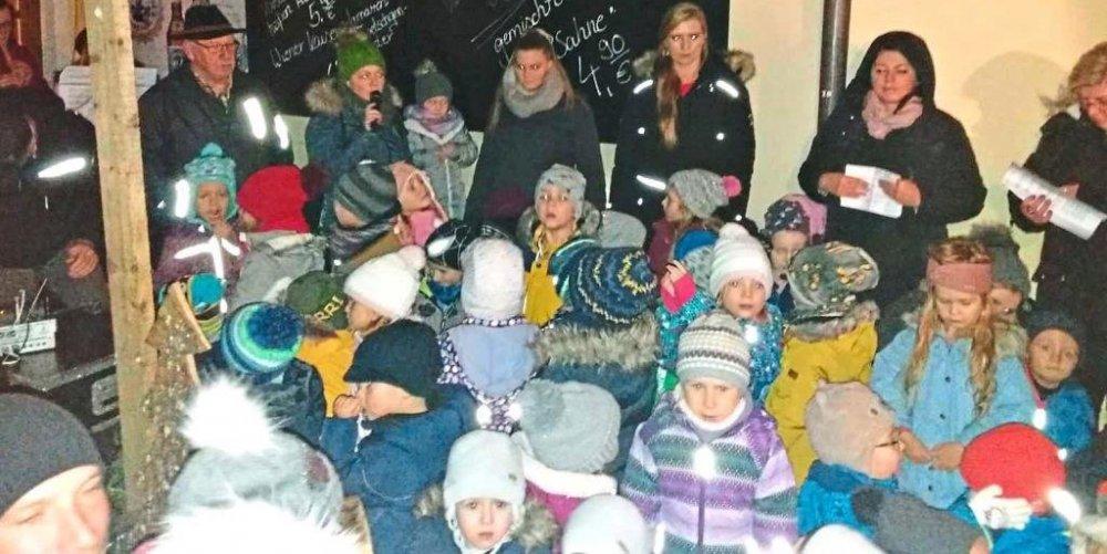 Die Buben und Mädchen des Kindergartens St. Josef bei ihrem Auftritt − Foto: Schwinger