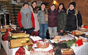 Leckere Stärkung für die Marktbesucher: Frauenbund-Mitglieder präsentieren ihr Kuchenbuffet.